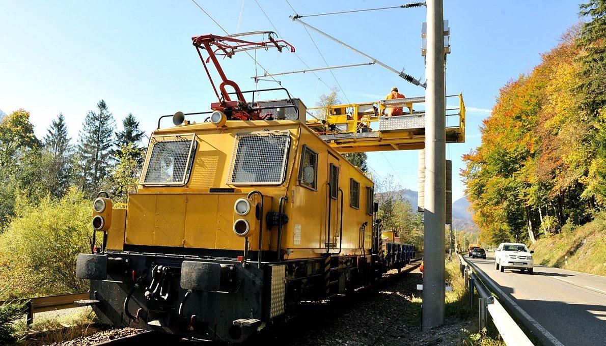 Auto oder Bahn? Eingleisige Strecke der Werdenfelsbahn zwischen Eschenlohe und Oberau, Foto: Thomas Sehr